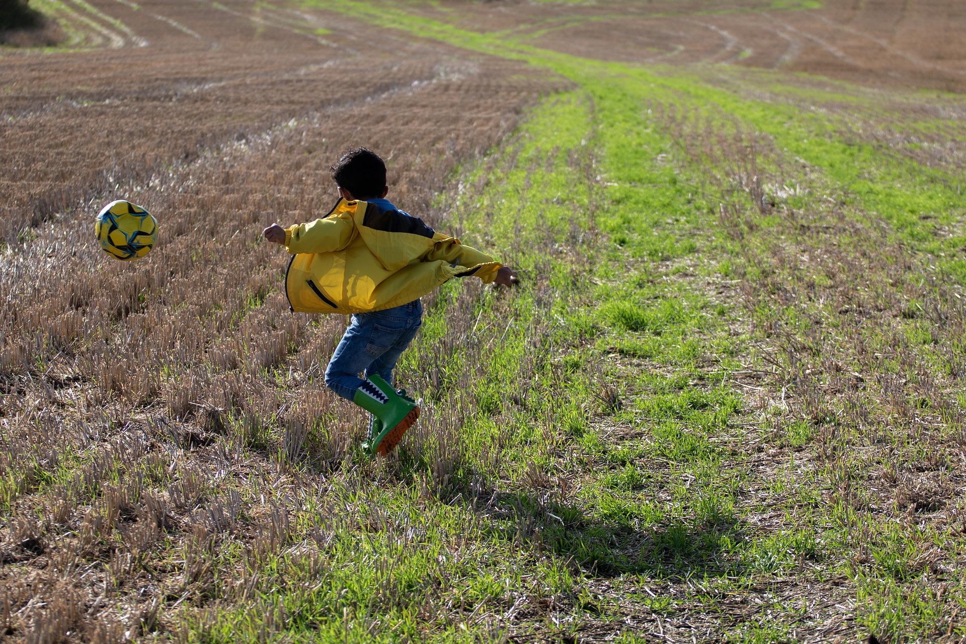 boy-playing-football-4560042_1920
